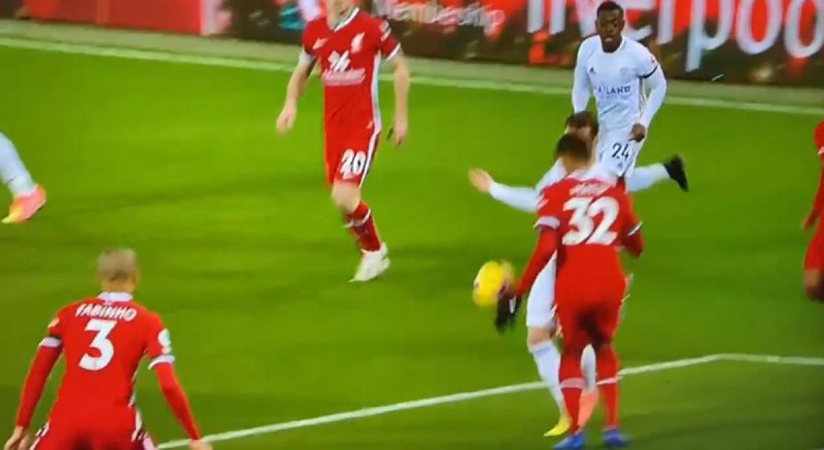 VAR je ponovo zakazao: Da li je moguće da ovo nije bio penal za Leicester?