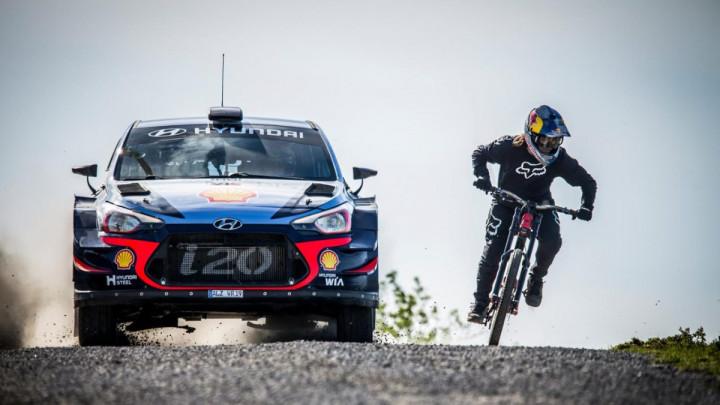 Ko je brži? Rally automobil protiv MTB bicikla na brdskoj stazi