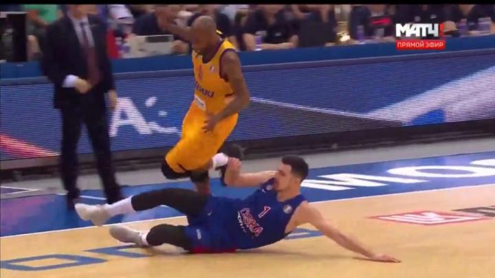 De Colo u ulozi štopera: Igrač CSKA uklizao i nogom izbio loptu u aut