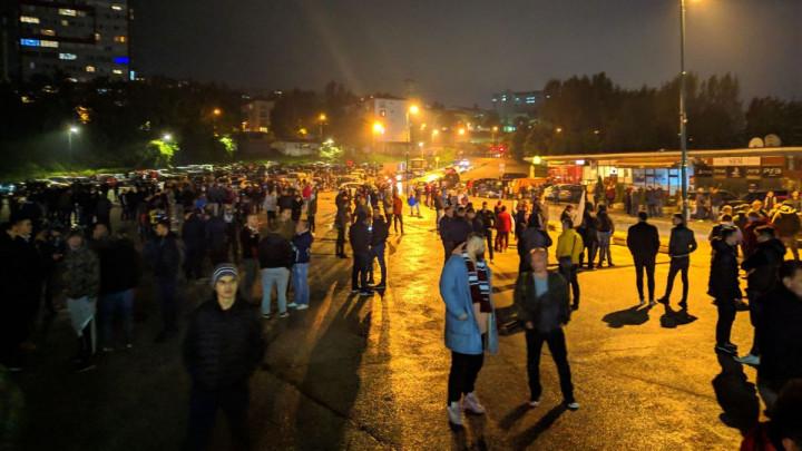 Zagrijava se atmosfera: Navijači Sarajeva ispred Koševa čekaju bordo ekspediciju!
