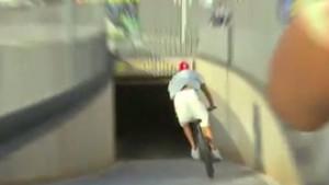 Totalno iznenadio kamermane: Zvijezda Barcelone na biciklu stigla na meč protiv Espanyola