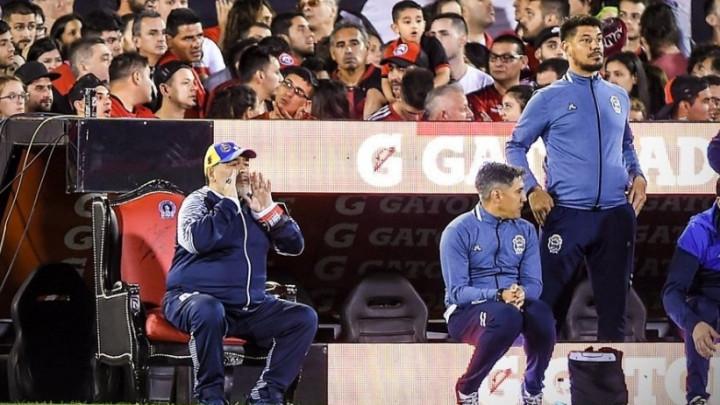 Maradona poput kralja u fotelji pored terena gledao veličanstvenu pobjedu svog tima