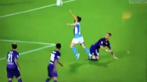 Mertens doslovno zaplivao u zraku i dobio penal!
