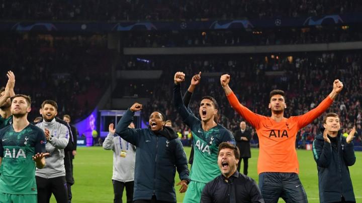 Pochettinova poza na slavljeničkoj fotografiji Tottenhama hit na društvenim mrežama!