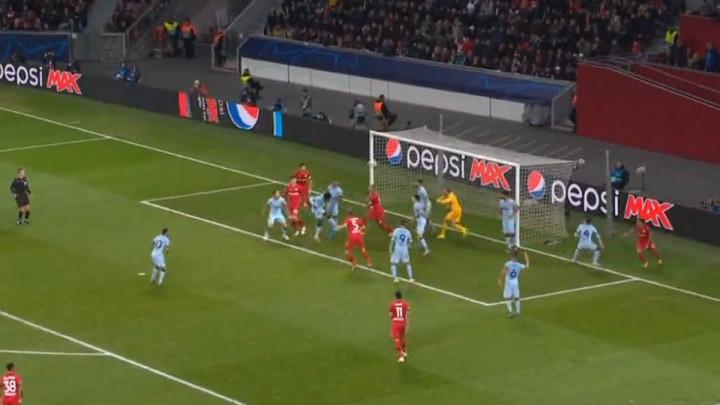 Jedan od čudnijih autogolova: Thomas pomiješao mreže i doveo Leverkusen u vodstvo