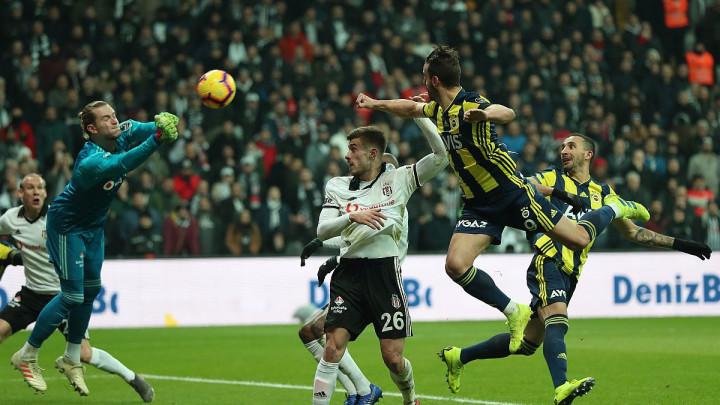 Fudbalski klasik u Istanbulu: Dva poluvremena, dva šoka za navijače