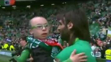 Lennon dječaku poklonio medalju, Samaras ga unio na teren